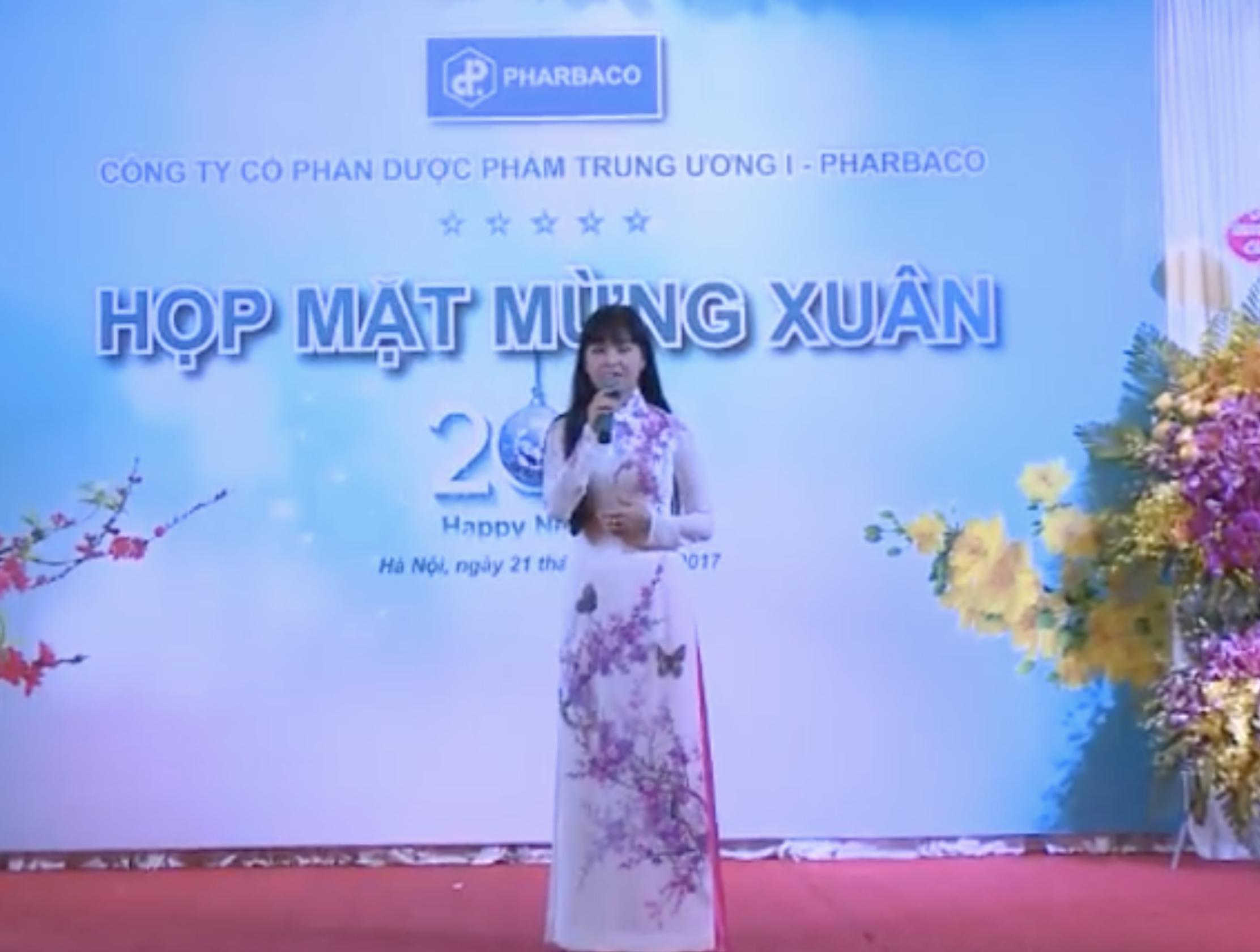 Ca sĩ Trang Nhung biểu diễn tại buổi họp mặt mừng xuân 2017 của Công ty CP Dược Phẩm TW I – Pharbaco